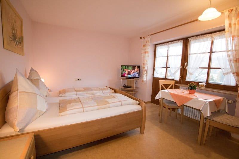 apartment-hugeseppehof-schlafzimmer