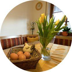 Ferienwohnung Eckwaldblick Küche Tisch Deko rund kl